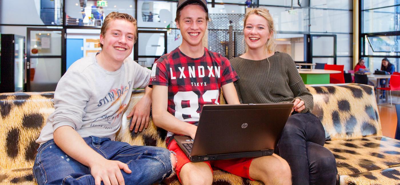 Studenten op bank met laptop